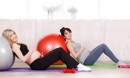 Gravida kvinnor med stora gymnastiska bollar Royaltyfri Fotografi