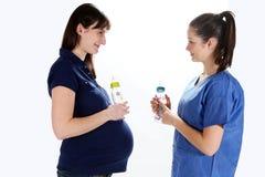 Gravida kvinnor och sjuksköterska Royaltyfri Foto