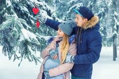 Gravida par för barn i vinter Royaltyfria Bilder