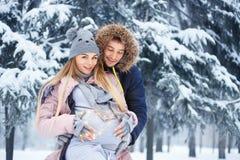 Gravida par i vinter Royaltyfri Bild