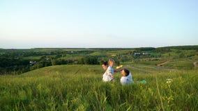 Gravida par med litet barndottern har baksidasikt för fritid utomhus lager videofilmer