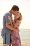 Gravida par som är förälskade på stranden royaltyfri fotografi