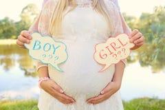 Gravida par som väljer genuset av behandla som ett barn, barnets namn T Royaltyfria Foton
