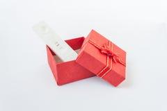 gravidanza in contenitori di regalo rossi su bianco Fotografia Stock