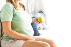 Gravidanza, maternità vicina su della donna incinta felice con gre Fotografia Stock