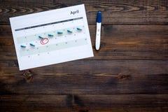 Gravidez do planeamento Teste de gravidez positivo perto da página do calendário e comprimidos no espaço de madeira escuro da cóp Fotografia de Stock