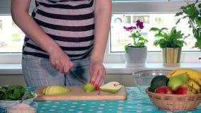 Gravidez e nutrição saudável Fruto da barriga da mulher gravida e da pera da fatia das mãos vídeos de arquivo