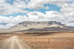 Gravier/chemin de terre vers la montagne Image stock