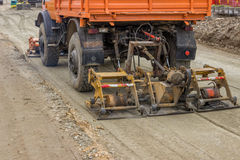 Gravier de compactage de camion au site 2 de construction de routes Image libre de droits