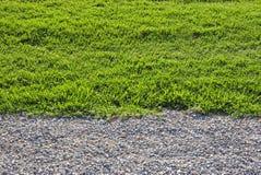 Gravier et herbe. Photographie stock libre de droits