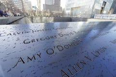 Gravierte Namen der Opfer von 9-11 am Bodennullpunkt Erinnerungs-MANHATTAN - NEW YORK - 1. April 2017 Stockfotografie