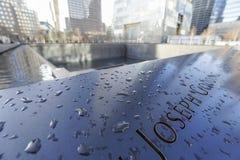 Gravierte Namen der Opfer von 9-11 am Bodennullpunkt Erinnerungs-MANHATTAN - NEW YORK - 1. April 2017 Stockfoto