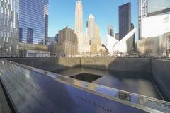Gravierte Namen der Opfer von 9-11 am Bodennullpunkt Erinnerungs-MANHATTAN - NEW YORK - 1. April 2017 Lizenzfreies Stockbild