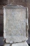 Gravierter Stein im Kolosseum mit lateinischen Zeichen Lizenzfreies Stockfoto