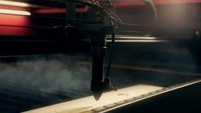 Graving μηχανήματα Lazer στο βίντεο εργασίας απόθεμα βίντεο