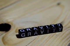 Gravitation som är skriftlig på träkvarter Inspiration- och motivationbegrepp arkivbilder