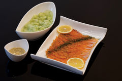 Gravlax με τη σαλάτα και τη σάλτσα αγγουριών Στοκ φωτογραφίες με δικαίωμα ελεύθερης χρήσης