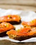 Gravlax op brood met zemelen royalty-vrije stock afbeelding