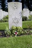 Gravsten av militärtjänst i det kungliga flygvapnet på den luftburna kyrkogården i Oosterbeek Royaltyfria Bilder