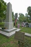 Gravsten av Thomas Jefferson med möte av Peter Jefferson Society i den Monticello kyrkogården, Charlottesville, VA arkivfoton