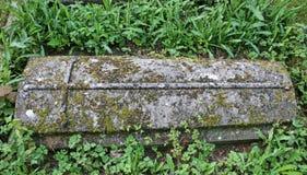 Gravsten i en kyrkogård Royaltyfri Bild