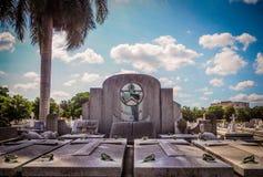 Gravsten på en kyrkogård i havannacigarr Arkivbilder