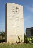 Gravsten WW1 av en brittisk soldat i Peake den Wood kyrkogården, franc royaltyfri fotografi