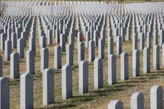 Gravstenar av soldater på Abraham Lincoln National Cemetery Arkivfoton