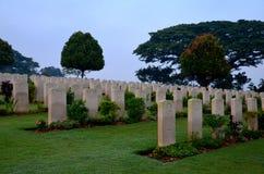 Gravstenar av soldater på kyrkogården Singapore för Kranji brittiska samväldetkrig Royaltyfri Bild