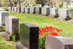 Gravstenar i en kyrkogård royaltyfria bilder