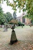 Gravstenar i kyrkogården royaltyfri fotografi
