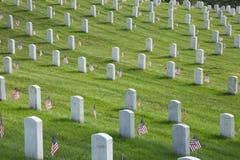 Gravstenar på Arlington den nationella kyrkogården på Memorial Day Arkivfoto
