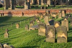 Gravstenar på den StMarys kyrkan - Scarborough royaltyfri fotografi