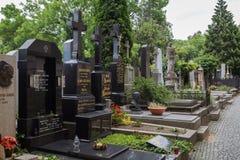 Gravstenar på den Vysehrad kyrkogården i Prague Royaltyfri Bild