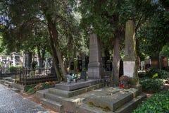 Gravstenar på den Vysehrad kyrkogården i Prague Royaltyfri Foto