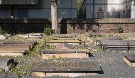 Gravstenar på Novo Cemetery, historisk Sephardi judisk gravplats i milslut Mossa och laven växer på gravstenarna royaltyfri fotografi