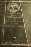 Gravstenen med dead'sna namn och vapensköld på golvet av Amsterdam kyrktar Arkivfoton