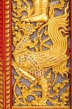 gravura a água-forte na porta tailandesa da igreja do templo Fotos de Stock Royalty Free