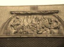 Gravura de pedra acima da igreja velha bonita Imagens de Stock Royalty Free