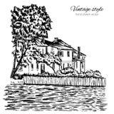 Gravura do vetor do vintage que constrói a linha arte esboçado, paisagem rural com casa da quinta velha, jardim no rio isolado so Imagem de Stock Royalty Free