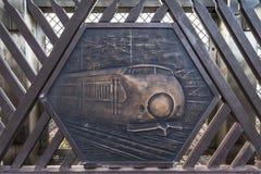 A gravura no metal que representa o mundo criou primeiramente o trem de alta velocidade de Shinkansen de 0 séries na ponte de Shi foto de stock
