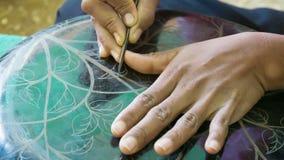 Gravure à l'eau-forte avec l'étape d'aiguille dans des laques birmans traditionnels faits main le YUN-De est des laques dans Burm banque de vidéos