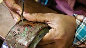 Gravure à l'eau-forte avec l'aiguille dans des laques birmans traditionnels faits main le YUN-De est les laques dans le Birman, a clips vidéos