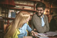 Gravure à l'eau forte de aide de jeunes couples d'étudiant autre à étudier Photographie stock