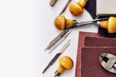 Gravure d'équipement en métal avec le gravoir de main photographie stock libre de droits