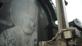 Gravure op een steen door een mechanische machine stock video