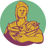 Gravure sur bois organique femelle en Basket Harvest Circle d'agriculteur Photo stock