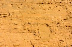 Gravures égyptiennes de temple antique dessus Photo stock