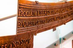 Gravures op de vrijheidsklok stock foto