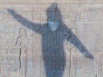 Gravures sur le mur du temple antique de l'Egypte Jouer W Images stock